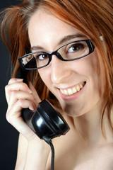 Teen mit Brille telefoniert