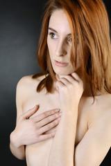 Frau bedeckt nackten Körper