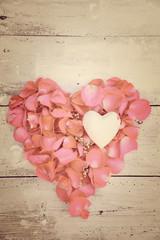 Postkarte - Blütenherz aus Rosenblüten - retro