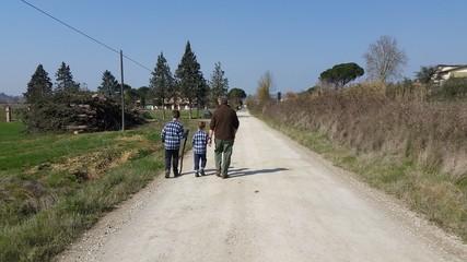 Nonno e nipoti passeggiano