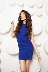 Красивая девушка в синем платье на белом фоне