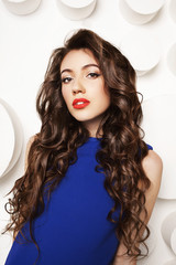 Портрет девушки в длинными кудрявыми волосами