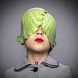 Leinwanddruck Bild - Niña con hojas de repollo tapándole los ojos