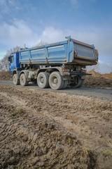 Straßenbau -  Lkw beim Abkippen von Asphalt, Hochformat