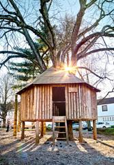 Baumhaus auf Spielplatz Abenteuerspielplatz Holzhütte