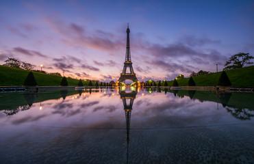 Tour Eiffel et son reflet dans le Bassin du Trocadéro