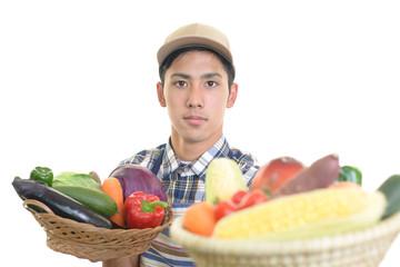野菜を運ぶ男性