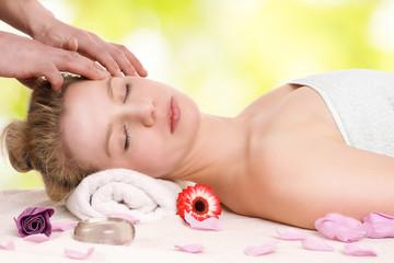 Frau entspannt bei Kopfmassage