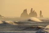 Il mare in Islanda: spiaggia nera di Vik al tramonto