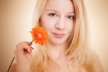 blonde Frau hält Blume