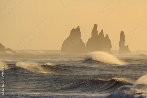 Papiers peints Arctique Il mare in Islanda: spiaggia nera di Vik al tramonto