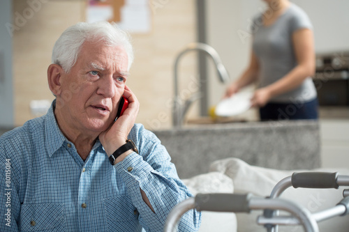 Senior talking on the phone - 80115084