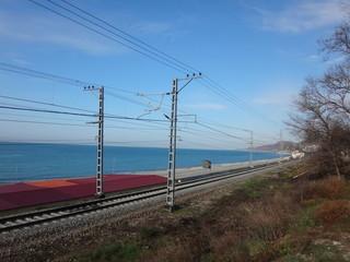 Железная дорога, идущая по берегу моря