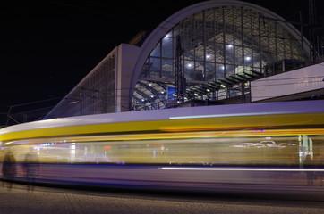 straßenbahn vor dem s-bahnhof alexanderplatz in berlin