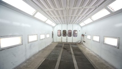 Metal paint-spraying booth with many lights for cars