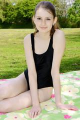 Schülerin im Badeanzug auf Sommerwiese