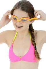 Schülerin in Bikini setzt Schwimmbrille auf