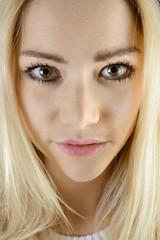 Blonde Frau im Portrait