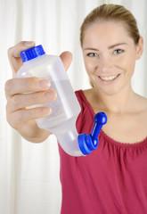 Frau mit Nasenspülung