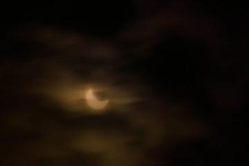 éclipse de soleil derrière les nuages