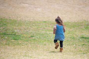 芝生を走る少女