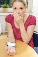Frau entsetzt über Blutdruck und Puls