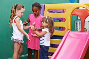 Mädchen spielen Klatschspiel im Kindergarten