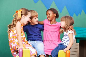Gruppe Kinder umarmt sich aus Freundschaft
