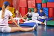 Kinder turnen beim Kindersport im Kindergarten