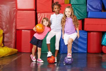 Kinder spielen in Turnhalle vom Kindergarten