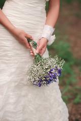 Свадебный букет с антикварной брошью в руках невесты