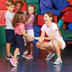 Mädchen springt beim Kinderturnen im Kindergarten