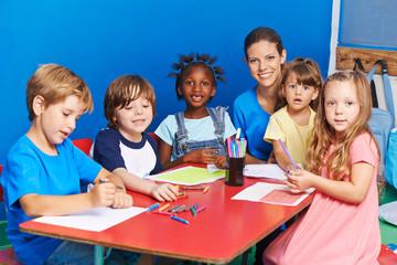 Kinder zeichnen im Kindergarten