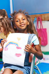 Afrikanisches Mädchen zeigt Bild