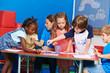 Kinder malen Bilder im Kindergarten
