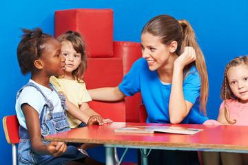 Kinder im Kindergarten machen Sprachförderung