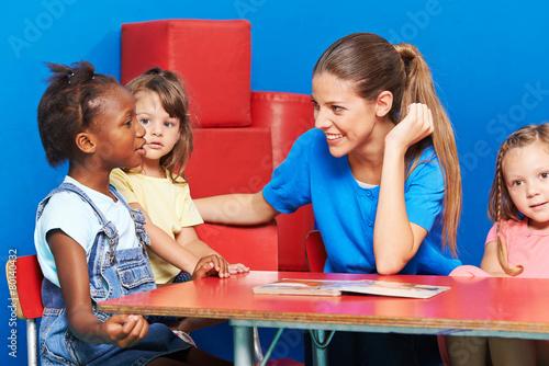 Leinwanddruck Bild Kinder im Kindergarten machen Sprachförderung