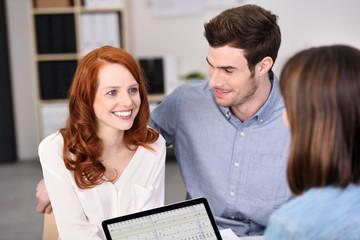 finanzberaterin unterhält sich mit einem jungen paar