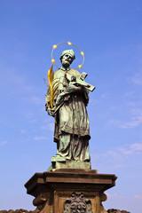 Чехия. Прага. Статуя Святого Яна Непомуцкого на Карловом мосту