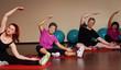 sportliche Gruppe macht Dehnung im Fitnesscenter