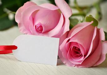 Geschenkanhänger und zwei Rosen