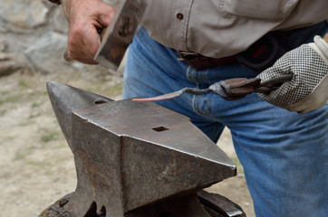 incudine martello battere il ferro