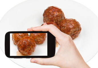 tourist photographs of three meatballs