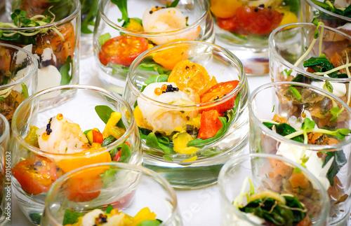 Fotobehang Buffet, Bar Feierliches Buffet - Vorspeise, Salat in Gläsern