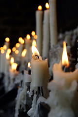 Opferkerzen vor der Kerzenkapelle