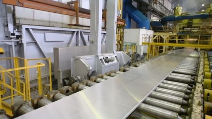 Aluminum block and plate moves on pressing machine