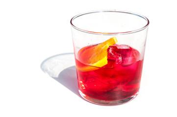 Aperitivo servito con ghiaccio nel bicchiere di vetro
