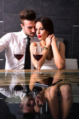 Flirten bei einem Glas Rotwein