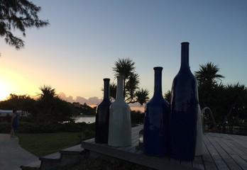 Alignement de vases au coucher de soleil