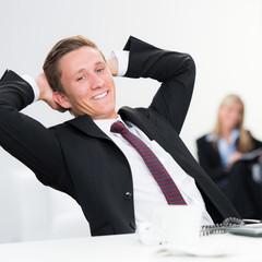 erfolgreich entspannter geschäftsmann